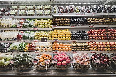 Obst Auswahl im Supermarkt - p1345m2055606 von Alexandra Kern