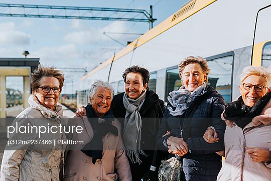 Women on train station platform - p312m2237466 by Plattform