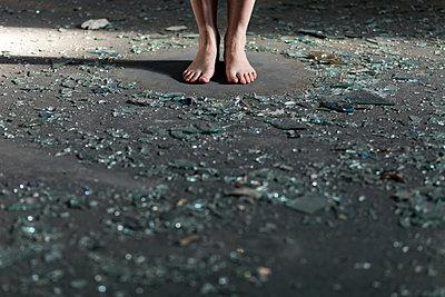 Frau, barfuß, umgeben von Scherben - p1340m2100490 von Christoph Lodewick