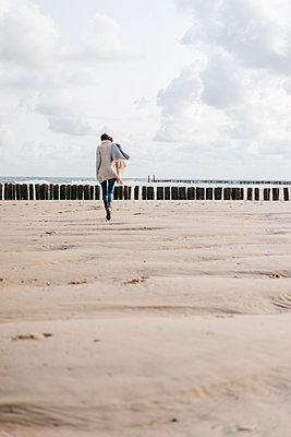 Woman walking on the beach - p300m1499649 by Kniel Synnatzschke