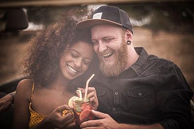 Happy couple drinking fresh ice tea - p300m2170621 by Malte Jäger