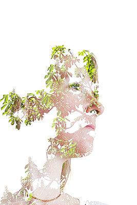 Portrait mit Blättern - p756m854948 von Bénédicte Lassalle