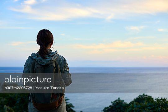 Japanese woman hiking - p307m2296728 by Yosuke Tanaka