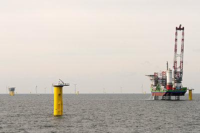 Jack Up Vessel bei der Installation von Fundamenten für Windkraftanlagen - p1079m1092226 von Ulrich Mertens