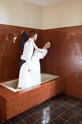 Bride and groom in the bathtub - p1105m2126410 by Virginie Plauchut