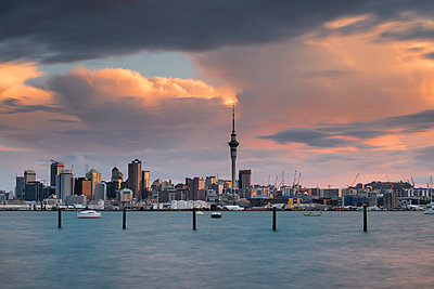 New Zealand, North Island, Auckland, Auckland skyline at dusk - p300m2042812 by Markus Kapferer