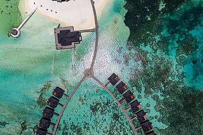 Overhead view to water bungalows at Olhuveli, South Male Atoll, Maldives - p300m2113872 by Martin Moxter