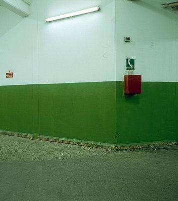 Nottelefon an Wand - p3880328 von Ulrike Leyens