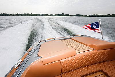 Heckwelle bei einem Sportboot - p930m1424199 von Phillip Gätz