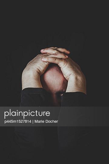 Bald man hiding - p445m1527814 by Marie Docher