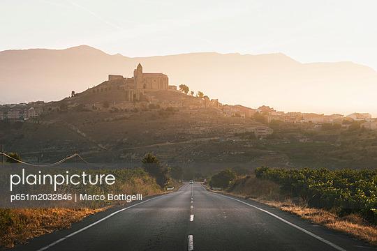 Spain, La Rioja, San Vicente de la Sonsierra at sunrise. - p651m2032846 by Marco Bottigelli