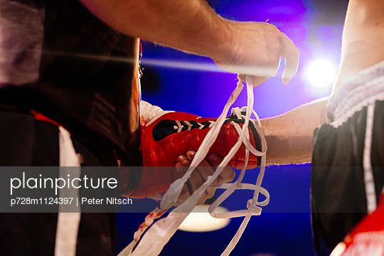 Ringpause beim Kickboxen - p728m1124397 von Peter Nitsch