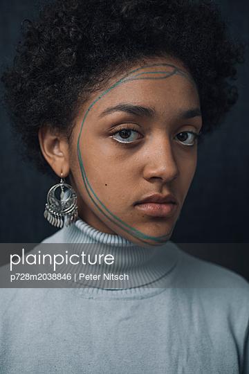 Weiblicher Teenager testet Makeup - p728m2038846 von Peter Nitsch
