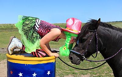 Mädchen liebt ihr Pferd - p045m1057756 von Jasmin Sander