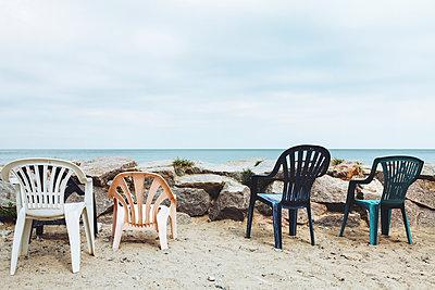 Plastikstühle an der Küste - p1006m1425256 von Danel