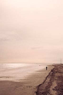 Spaziergang am Meer - p1443m1591670 von SIMON SPITZNAGEL