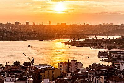 Blick auf Goldenes Horn bei Sonnenuntergang - p253m1066029 von Oscar