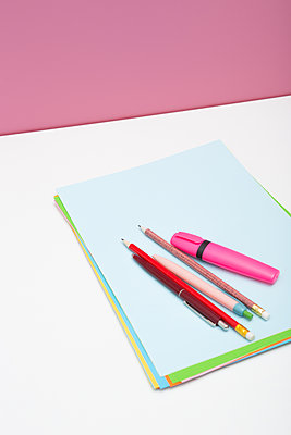 Pencils and papers - p454m1563567 by Lubitz + Dorner