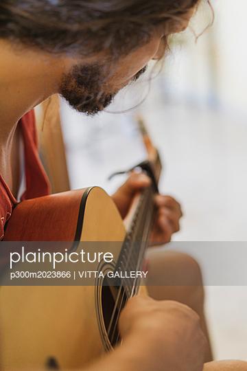 Man playing guitar - p300m2023866 von VITTA GALLERY
