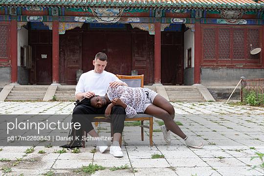 Queer couple, temple, Chaoyang Park, Beijing - p817m2289843 by Daniel K Schweitzer