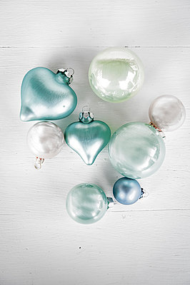 Christmas glitter balls - p936m939718 by Mike Hofstetter