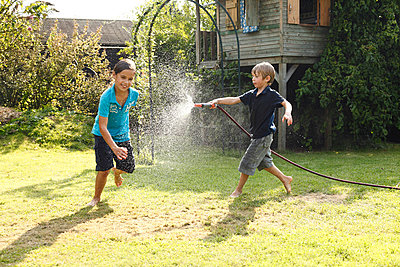 Hose fight - p981m881602 by Franke + Mans