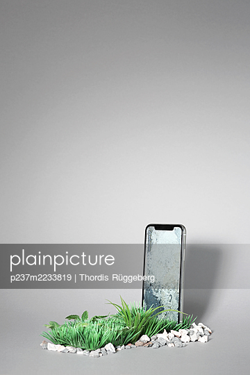 Smartphone tombstone - p237m2233819 by Thordis Rüggeberg