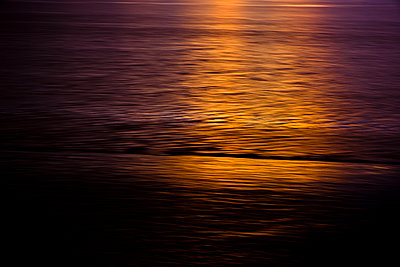 Sunset reflected on the surf of the river Mersey In Liverpool. - p1057m2089720 by Stephen Shepherd