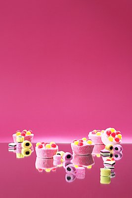 Sweets against pink background - p237m1461366 by Thordis Rüggeberg