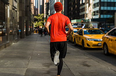 USA, New York City, man running in Manhattan - p300m1191689 by Uwe Umstätter