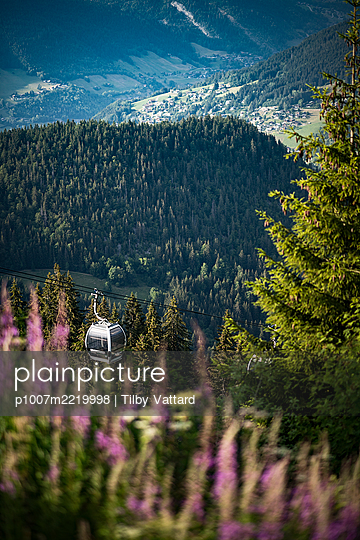 View over meadow onto mountain range - p1007m2219998 by Tilby Vattard