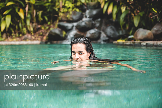 Eintauchen im Pool - p1326m2063140 von kemai