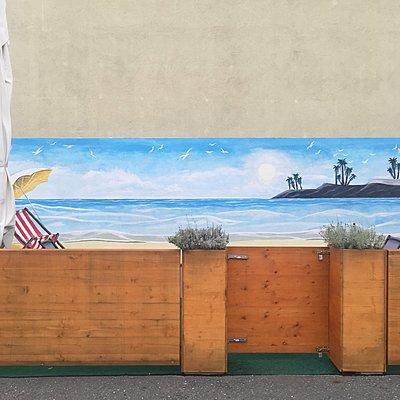 Restaurant mit Wandmalerei, tropischer Strand - p1401m2215472 von Jens Goldbeck