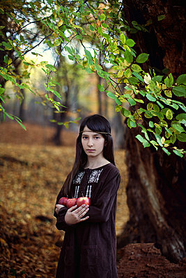 Ernstes Mädchen im Wald - p1432m1496467 von Svetlana Bekyarova