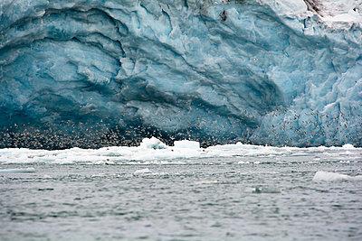 Gletschertor mit Möwenschwarm, Monacobreen - p1486m1564285 von LUXart
