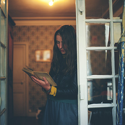 A woman reading a book - p1610m2231859 by myriam tirler