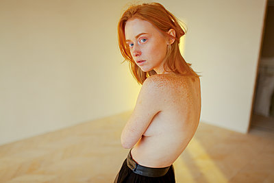 Topless young woman with freckles - p1646m2231305 by Slava Chistyakov