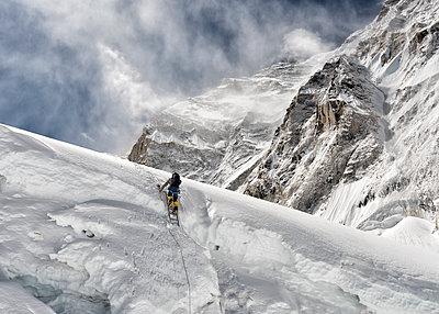 Nepal, Solo Khumbu, Everest, Mountaineer at Western Cwm - p300m2102427 von Alun Richardson
