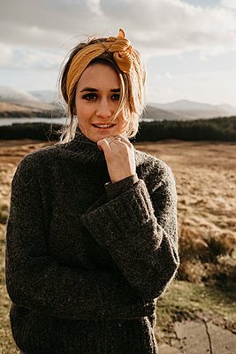 UK, Scotland, Loch Lomond and the Trossachs National Park, portrait of young woman in rural landscape - p300m2104017 by letizia haessig photography