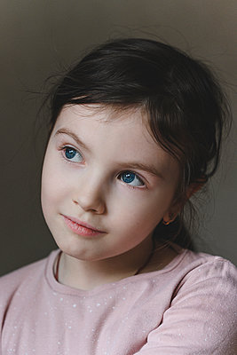 Innocent girl with blue eyes looking away - p300m2275109 by Ekaterina Yakunina