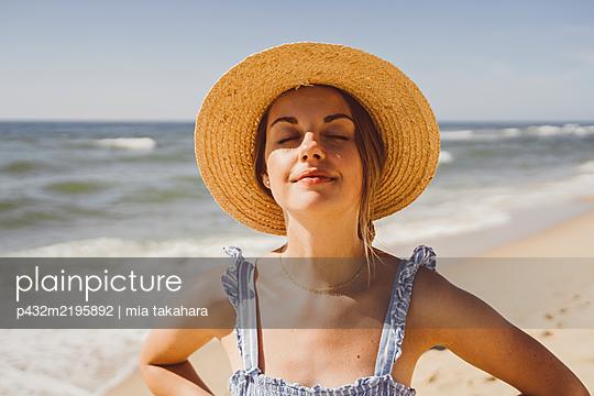 Junge Frau genießt die Zeit am Meer - p432m2195892 von mia takahara
