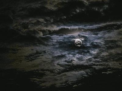 Mond hinter Wolken - p1549m2158047 by Sam Green