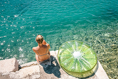 Croatia, Woman with air mattress by the sea - p1600m2211892 by Ole Spata