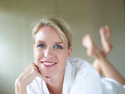 Aeltere Frau lackiert sich die Fingernaegel  - p6430370f von senior images RF