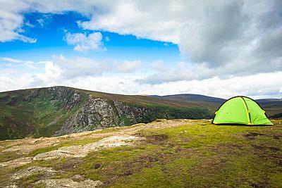 Zelten in Irland - p815m1503484 von Erdmenger