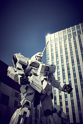 Statue in front of Diver City Tokyo Plaza, Odaiba, Tokyo - p851m2077287 by Lohfink