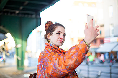 Young woman takes a selfie - p975m2223807 by Hayden Verry
