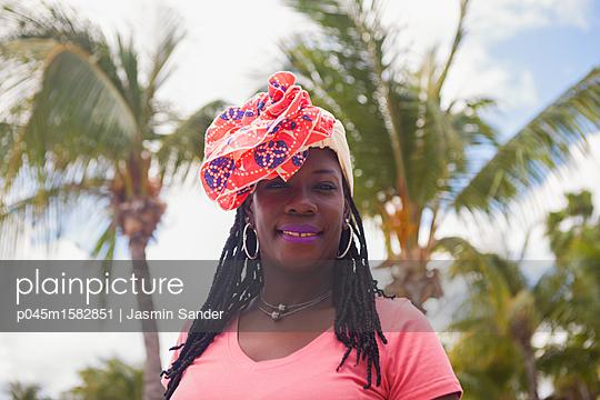 Afroamerikanerin am Strand mit Palmen - p045m1582851 von Jasmin Sander