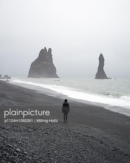 Frau am Strand bei Reynisfjara - p1124m1060261 von Willing-Holtz