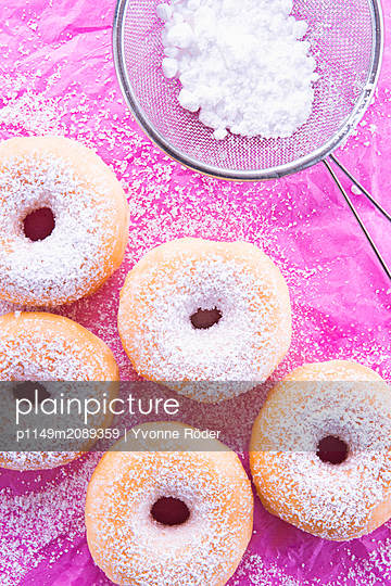 Donuts with icing sugar - p1149m2089359 by Yvonne Röder